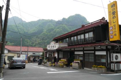 「峠の釜めし本舗おぎのや」横川本店 奥に見えるのが横川駅 妙義山も