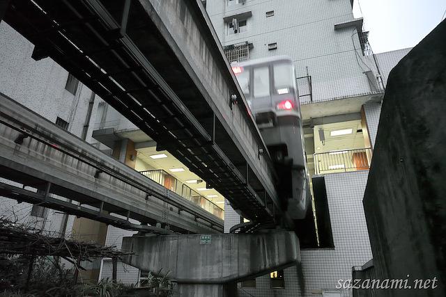 【中国・重慶】マンションに突っ込む日立製モノレールがカオスすぎる : さざなみ壊変 さざなみ壊変