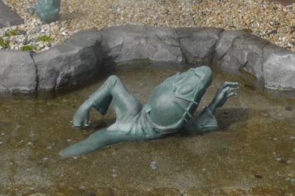 河童の泉で楽しそうに泳ぐねずみ男